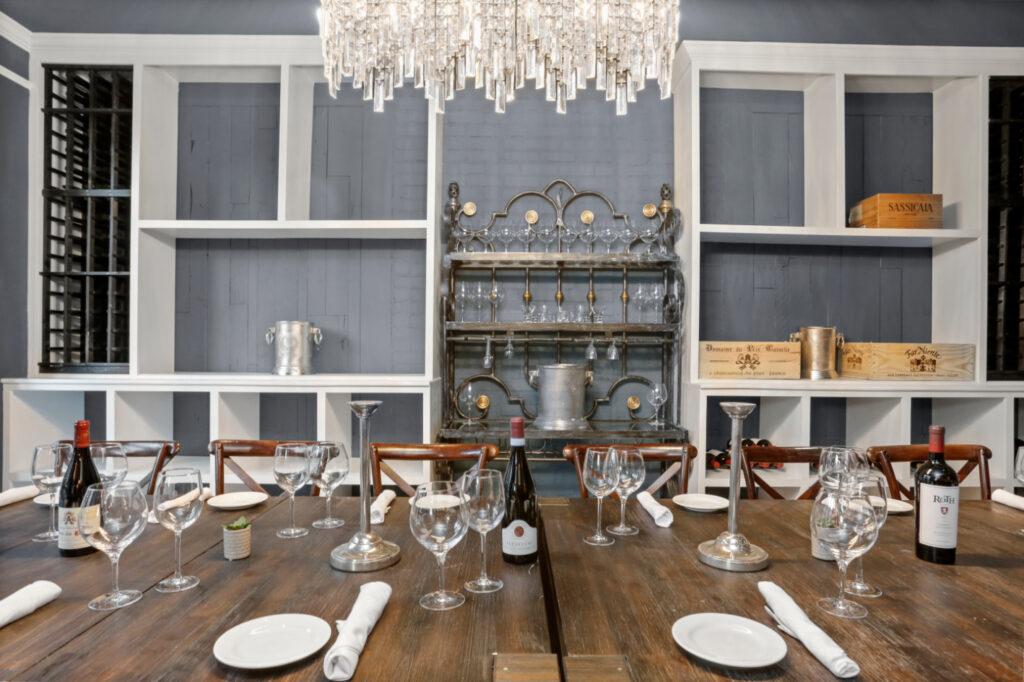 the dining decor at Divina Restaurant