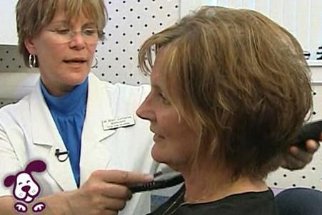 Dr. Lichtenthal examines a patient's eardrum.